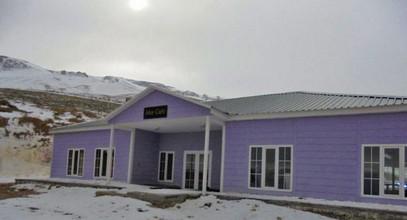 Karmod bangunan pasang siap sekali lagi di puncak, pembinaan untuk pusat ski di Gunung Ergan